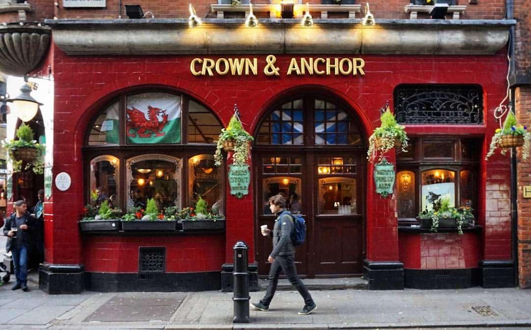 expresiones en inglés coloquial británico en un típico pub de londres