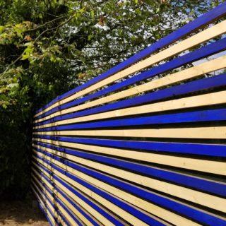 Nouveau DIY! Sur le blog je vous explique 2 façons de protéger le bois extérieur naturellement : une méthode incolore pour conserver l'aspect du bois et une recette de peinture suédoise (ou peinture à la farine).  Vous choisissez quel camp, bois brut ou coloré ?  Lien dans ma bio 😉 _________________________________ #peinturesuedoise #diydeco #peinturebois #diy #peintureexterieure #tutodeco #outdoordesign #tuto #pigments #peinturemaison #crat #tutoriel #bleuoutremer #creative #cloturebois #recup #peinturealafarine #creativehappylife