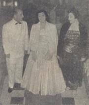 Entre seus pais, Dona Nair e Sr. Dr. Candido de Faria Alvim, apresenta-se triunfante Regina Helena Alvim