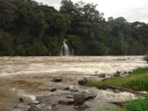 A cachoeira, junto ao Salto, não é o Véu da Noiva