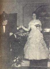 Marilena Gianetti, magnífica e feliz, apresenta-se pela mão de seu par Sr. Leonel Assunção