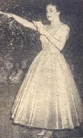 """Miriam Brick - A única contadoranda da E. T. de Comércio """"Cristóvão Colombo"""" em 1956 – prestando o juramento em nome da maioria masculina"""