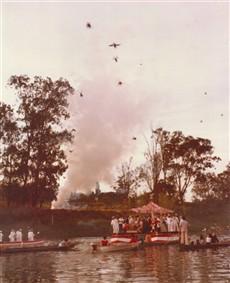 O Encontro das Bandeiras, quando os barcos se aproximam. Nas margem, explodem-se rojões, o povo delira, soltam-se pombas para revoada.