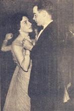 No baile de formatura da E. Agrícola, a festa máxima da cidade, o agronomando James Carr dança com sua noiva