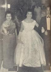 Justamente orgulhosa, Regina Camargo Carneiro chega junto com seus pais, o casal Dona Wanda e Dr. Caio Carneiro
