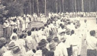 Outra parte das filas que recebiam os presentes, pelo lado esquerdo do barracão (local central da distribuição).