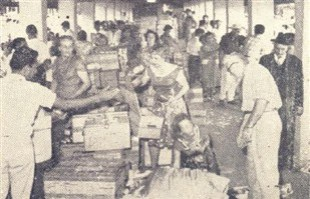 Grupo de piracicabanos fazendo a entrega dos presentes. Ao lado esquerdo recebem os conterrâneos, do direito os de outras cidades