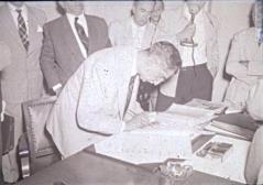 O prefeito Samuel de Castro Neves, assinando o contrato