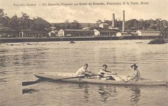 Atletas e pescadores no rio, pia batismal