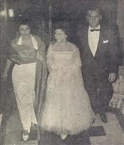 O casal Dona Esther e Sr. Heribaldo Zardeto de Toledo conduz ao salão sua bela filha Sonia Farah de Toledo