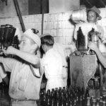 Envase e mistura manual do xarope com agua gazeificada ACERVO FAMILIA ORLANDO