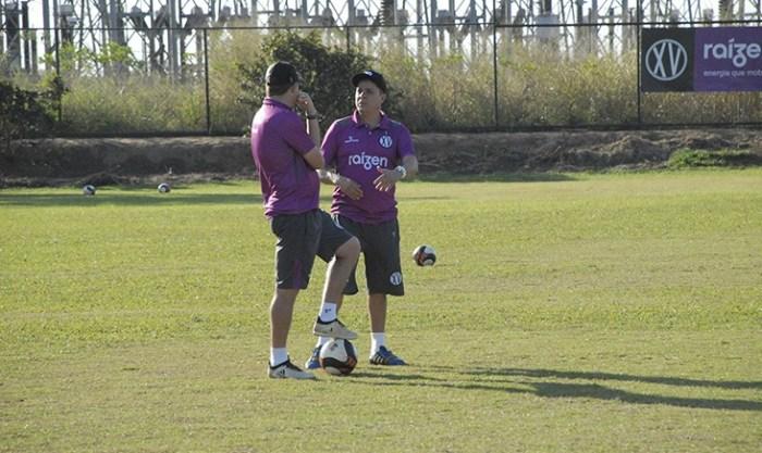 Evaristo Piza conversa com o auxiliar-técnico Xandão