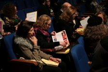 O público recebeu exemplares do livro
