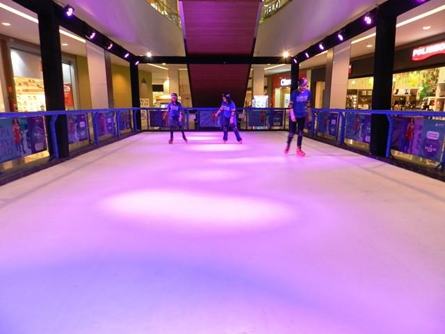 Pista de patinação no gelo sintético no Shopping Piracicaba