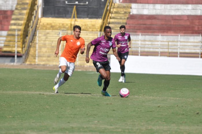 Rafael Mineiro tenta jogada