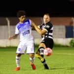 Gilberto Alemão disputa jogada com Lucas Santos (foto – Michel Lambstein)