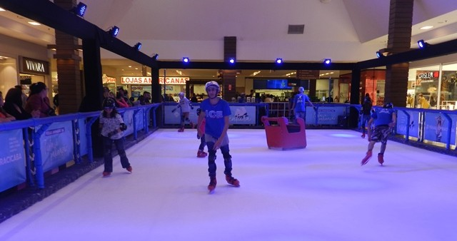 A pista de patinação fica no Shopping Piracicaba até 1 de setembro