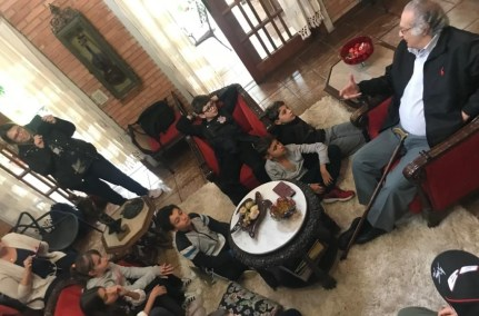 Alunos e professoras da escola Alef Peretz, de São Paulo, em visita ao escritor e jornalista Cecílio Elias Netto.