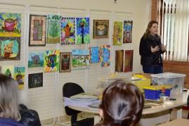 A artista plástica Ariane Bianco, orientando a oficina com professores da rede municipal de ensino.
