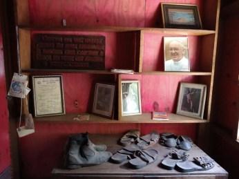 Calçados que pertenceram a Frei Sigrist. (foto: Prefeitura Municipal)