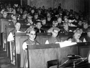 Sessão do Concílio Ecumênico Vaticano II, Dom Aníger se encontra na terceira fileira, o segundo da esquerda para a direita