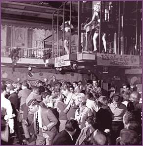 Imagem da Danceteria Whisky a Go Go com suas dançarinas (Go-Go Girls) e seus frequentadores. Veja o estilo das roupas!