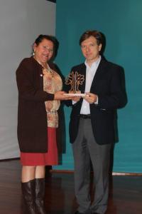 Sônia Ramos, presidente do Comdema, entrega o prêmio ao presidente da Águas do Mirante, Jorge Amin. Foto: Assessoria de comunicação