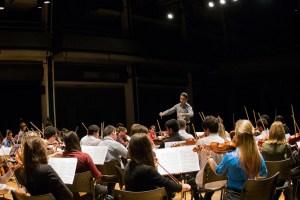 O curitibano Willian Lentz atuou como regente da Orquestra Acadêmica - foto Rodrigo Alves