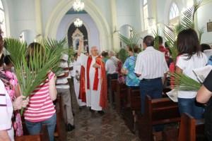 Dom Fernando faz a benção dos Ramos de fiéis  na Capela São Benedito em 2016 - foto Rosiley Lourenço