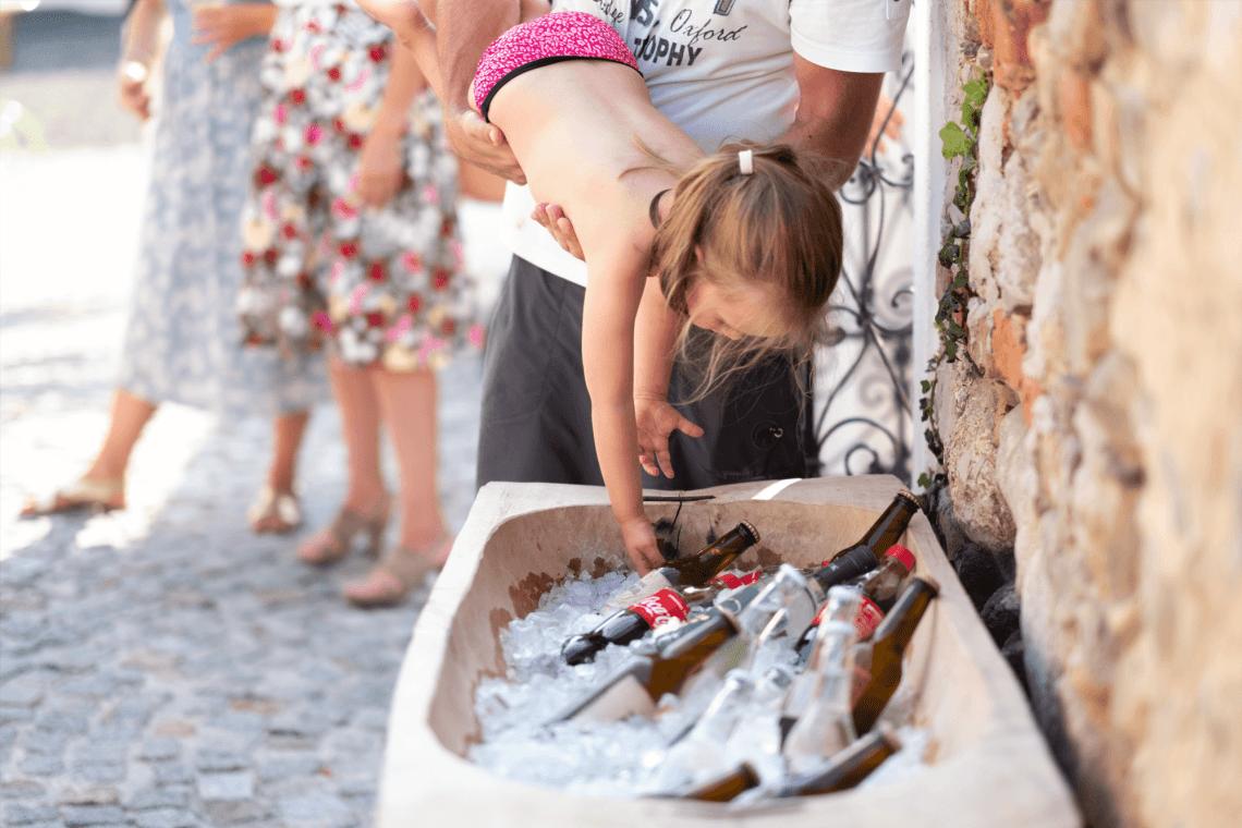 Kleinkind greift nach einen Eiswürfel