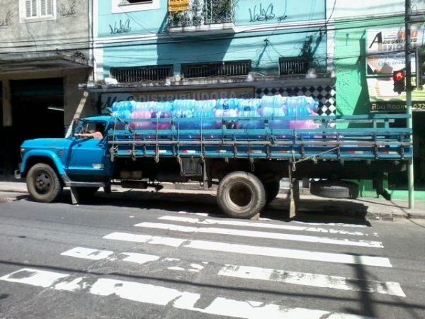 Caminhão com garrafões expostos ao sol no Catumbi, Rio: calor pode soltar componentes do plástico na água (Foto: Anne Vigna)