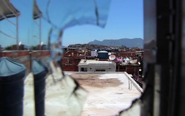 Na Maré, gravar na rua com câmera não é fácil, pois sempre pode atrapalhar o tráfico. (Foto: Patrick Vanier)