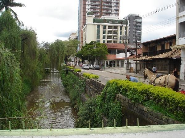 : Em 2001, passeatas da população local pela preservação das águas mobilizaram a cidade que ainda tem boa parte de sua economia voltada para o turismo (Foto: Marina Almeida)