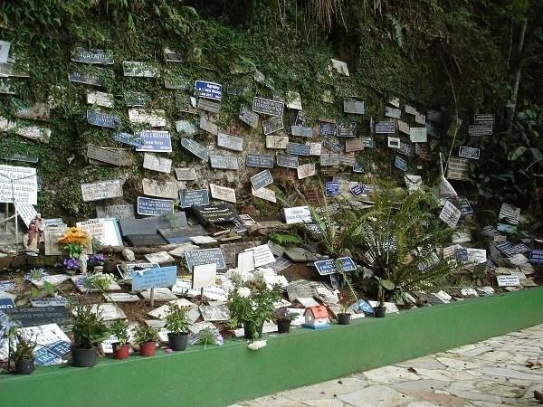 Em São Lourenço, Gruta dos Milagres guarda mensagens de agradecimento às curas alcançadas pela água (Foto: Marina Almeida)