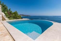 Dieses wunderschöne Ferienhaus liegt in Castro in der Fraktion Marina di Marittima nur 70m vom glasklaren und glitzernden Meer entfernt. Beeindruckend das Panorama welches Ihnen diese Villa bietet. Auf einem terrassenförmig angelegten Grundstück befindet sich das Halbhaus mit seinen Terrassen auf unterschiedlichen Ebenen sowie dem herrlichen Pool mit atemberaubenden Blick auf das naheliegende Wasser.