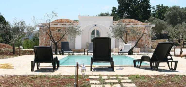 Der Pool zwischen den beiden Ferienhäusern