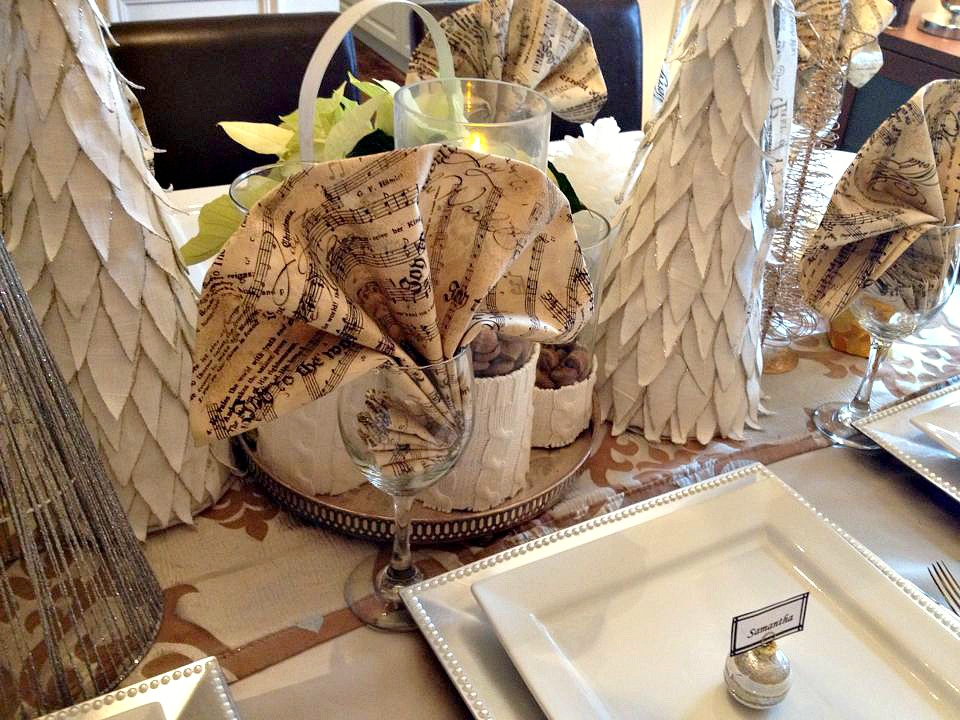 Neutral Christmas Tablescape using metallics, white and taupe / How to set a perfect table for Christmas / Entertaining at Christmas / apurdylittlehouse.com