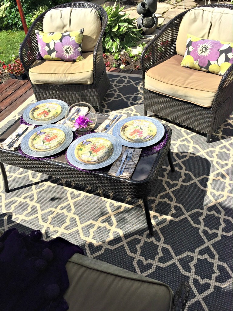 Outdoor Entertaining Ideas for the #summerspectacular. Dining al fresco is always a great way to welcome guests this with easy table setting on apurdylittlehouse.com
