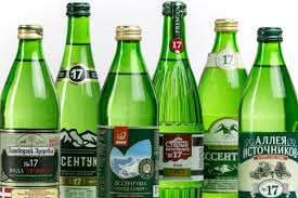 As part of the course, it is enough to drink a glass of water three times a day, approximately an hour before meals, slightly carbonated or without gas. To do this, put a bottle of the refrigerator in advance, exhaust for 40-60 minutes, and before drinking, prevent the mineral water with a teaspoon, so that extra bubbles come out.