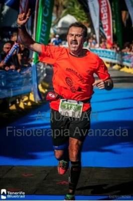 Gregorio Batista cruzando la linea de meta en la Bluetrail 2013