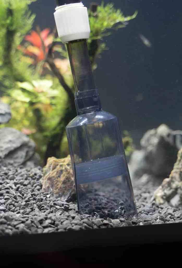 Aquarium vacuum cleaning gravel