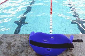 Wetbelt voor een training aquarunning ligt klaar op de zwembadrand