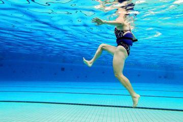 Train je hamstrings met de pendelpas of paardenpas in het zwembad.
