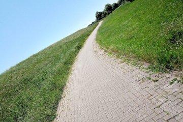 Een langzaam omhooglopend pad achter de dijk.