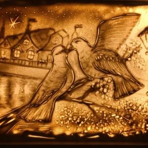 """Tavla """"Duvor"""" ritades med hjälp av sand"""