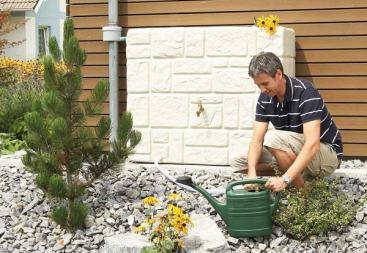 Récupérateur d'eau de pluie fixé au mur