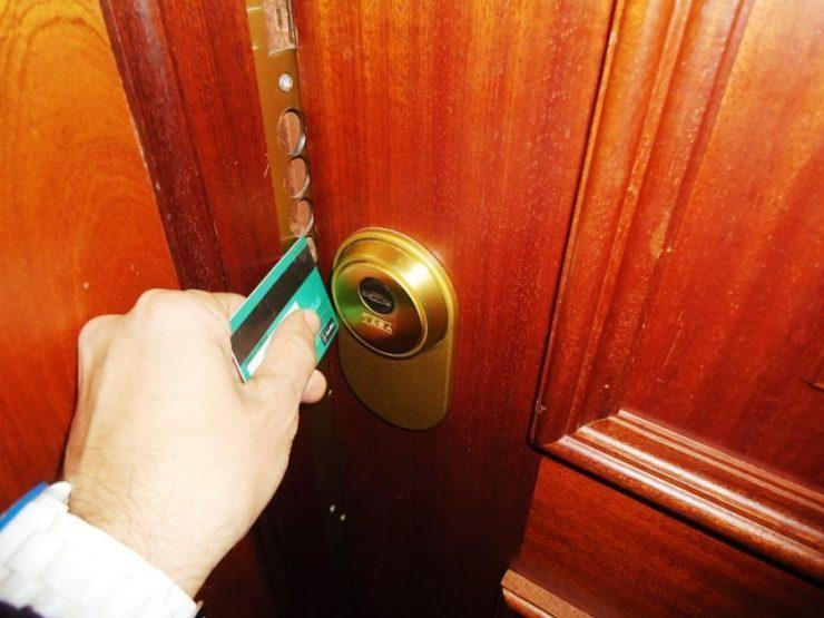 trucos para abrir la puerta sin llaves