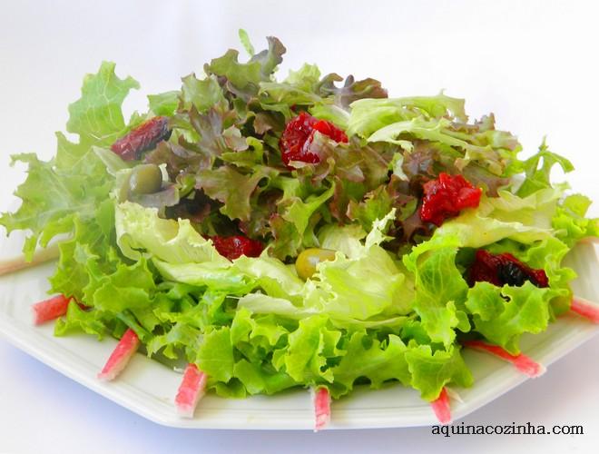 Receita de salada de folhas com kani , tomate seco e um toque de gengibre
