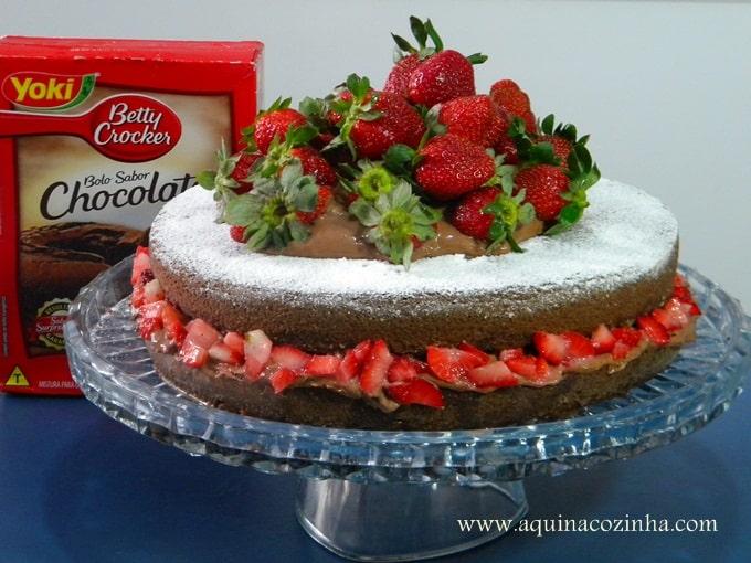 Naked Cake de Chocolate com Trufa Batida e Morangos