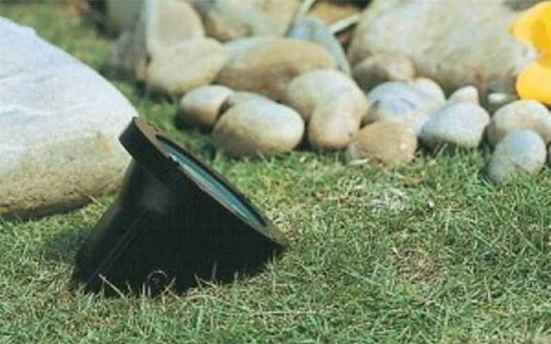 Instalación de un foco en el jardín